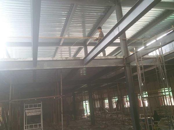 轻型钢结构是指由薄壁型钢或轻型H型钢组成的钢结构。除了具有普通钢结构的特点外,还有因屋面荷载轻,杆件截面小,取材方便,用料省,重量更轻的优势颇受各大厂家欢迎,他们通过这种型材的钢材组合成钢结构厂房,与其他型材的厂房更具有竞争力,在很大程度上节约了厂家的生产存储成本。那这样的钢结构厂房时怎么构成的,它的钢柱又是怎么去安装呢,顺捷钢结构给你详解。